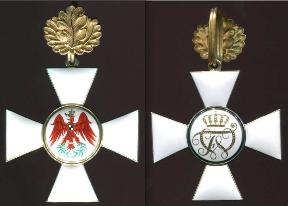 Abb. 7: Roter Adlerorden 2. Klasse, Herstellermarkierung W für Wagner & Sohn, Berlin, 4. Modell mit doppelt gewundenem Ring hinter dem Eichenlaub