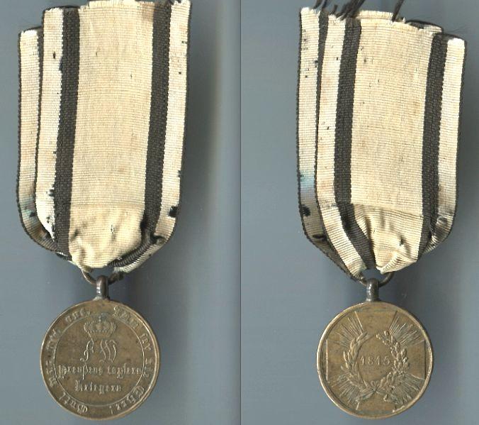 Abb. 33: KDM 2. Modell, 1815, mit geraden Armen; 15,8 g am originalen Band.