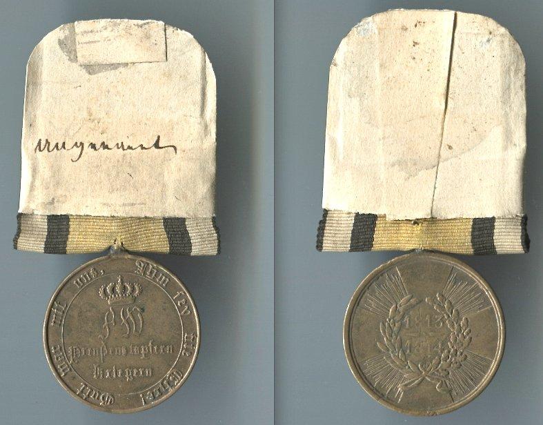 Abb. 36: Beispiel einer ursprünglich im Kirchspiel aufbewahrten Kriegsdenkmünze, hier eines unbekannten Soldaten. 1. Modell, 1813/14, mit runden Armen; 17,1 g mit Band und Schildchen.