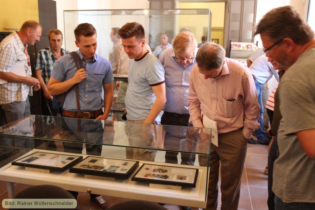 Die Teilnehmer bekunden Interesse an der Ausstellung