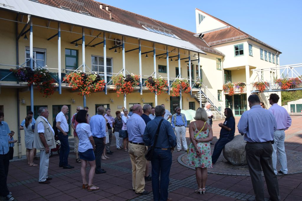 Stadtrundgang am Samstag-Morgen - auf den Stein sitzend der Organisator DGO-MV Rastatt, Michael Feik © Klaus Vogt