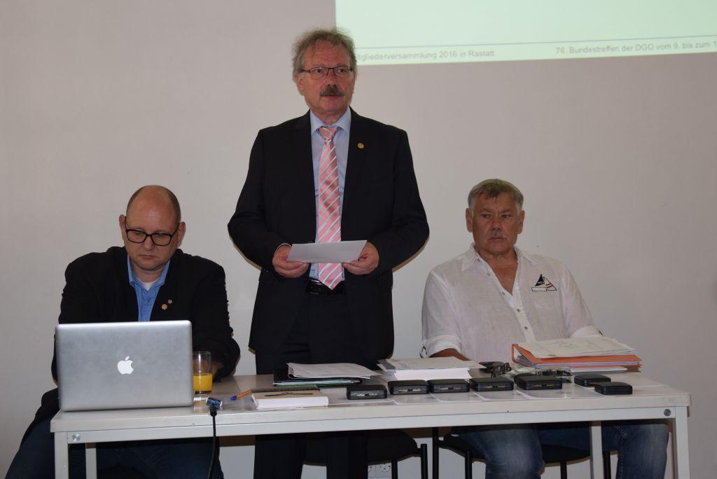 Bernd Döbel eröffnet die Mitgliederversammlung um 14 Uhr; links Frank Wörner, rechts Jürgen Lindner © Klaus Vogt